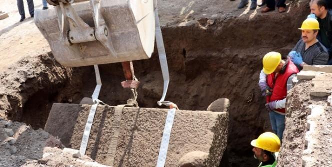 Kayseride kaçak kazıda bulunan lahit açıldı