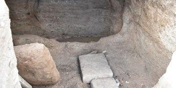 Bodrumdaki kaya mezarlarında kemik ve seramik bulundu