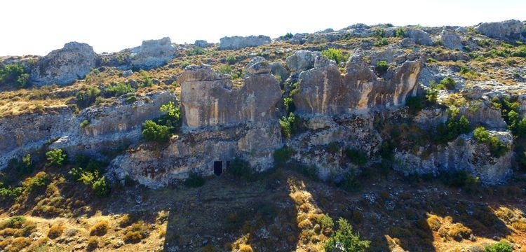 Gelinler Dağı'nın 18 kaya mezarı restore edilecek