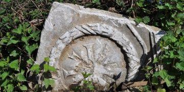 1500 yıllık lahit parçası yıllarca tırmık taşı olarak kullanılmış