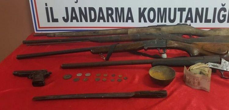 Defineciler tarihi sikke ve silahları okula saklamışlar