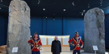 Başbakan Yıldırım Orhun Anıtlarıyla poz verdi