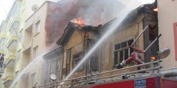 Sandıklıda iki katlı tarihi binada yangın çıktı
