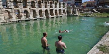 Yozgat Valisi 2 bin yıllık Roma Hamamında yüzdü