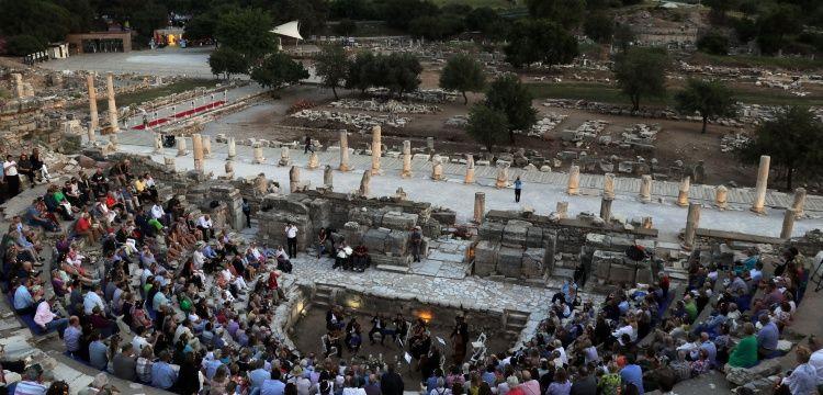 Turistler Efes Antik Kenti'nde klasik müzik dinlemeyi sevdi