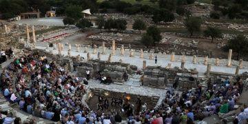 Turistler Efes Antik Kentinde klasik müzik dinlemeyi sevdi