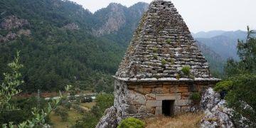 Piramit mezar, türbe olmadığı anlaşılınca yağmalandı