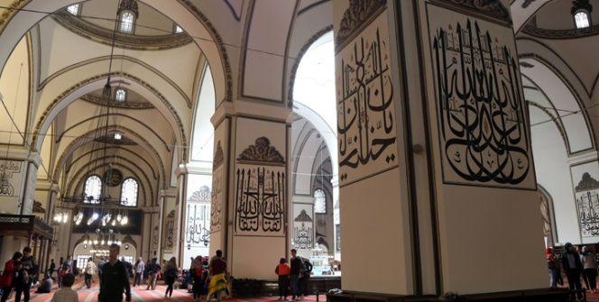 Bursa Ulu Camii hat müzesini andırıyor