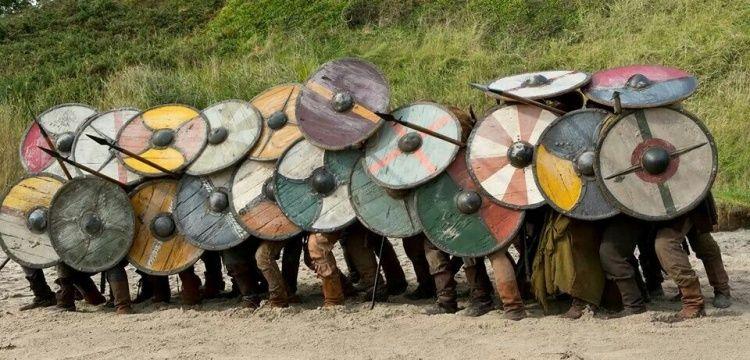 Vikingler savaşırken kalkan duvarı kullanıyor muydu?