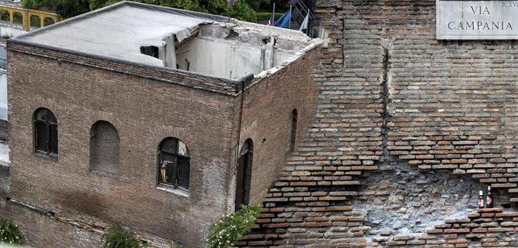 Roma'daki antik Aurelian Surlarındaki kulenin çatısı çöktü