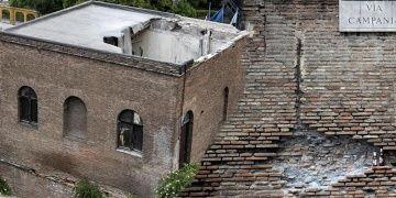 Romadaki antik Aurelian Surlarındaki kulenin çatısı çöktü