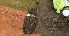 Parçalanıp T şeklinde gömülen iskeletler arkeologları şaşırttı