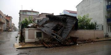 Edirnede şiddetli sağanak nedeniyle tarihi bina çöktü