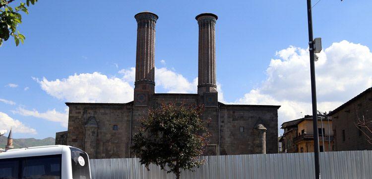 Erzurum'daki Çifte Minare'nin çevresi düzenleniyor