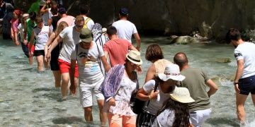 Sıcaktan bunalan turistler Saklıkent Kanyonuna koştu