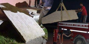Konyadaki tarlada traktörün pulluğuna tarihi eser takıldı