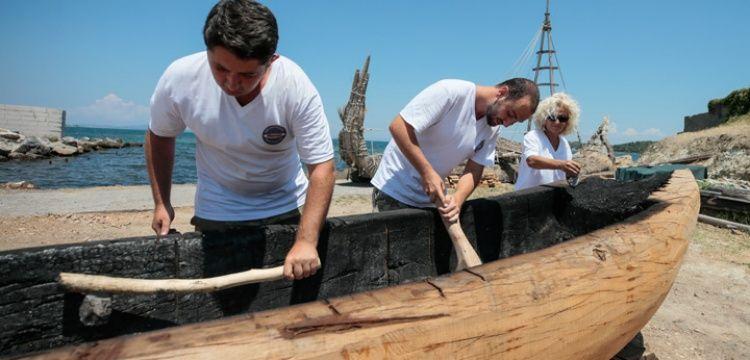 Arkeologlar taŞ baltalarla taŞ devrİ teknesİ yontuyorlar