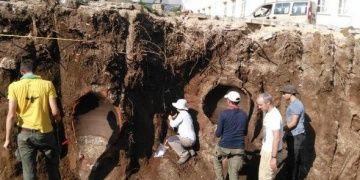Ağlasunda okul duvarı çökünce antik küpler açığa çıktı