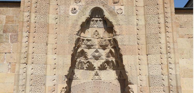 Cami kapısında ölümsüzleştirilen 800 yıllık imkansız aşkın silüeti