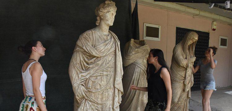 Magnesia Antik Kentinde 2 bin yıllık sağlam 6 heykel bulundu