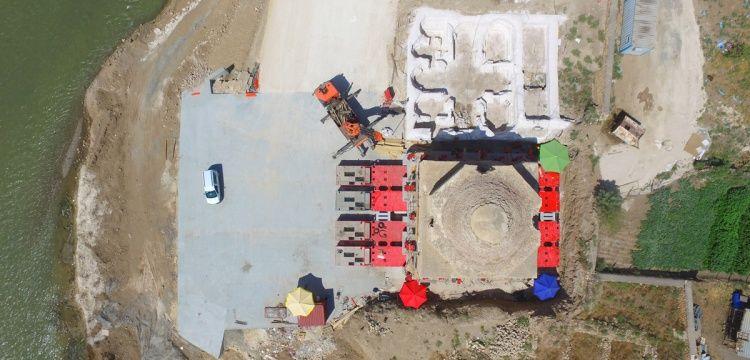 Hasankeyf'teki Artuklu hamamı taşınmak üzere araca yerleştirildi