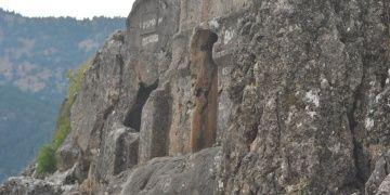 Çukurhisar Kaya Mezarları ayrıntıları ile şaşırtıyor