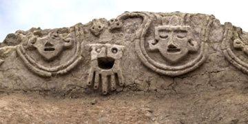 Peruda 3800 yıllık ilginç duvar kabartmaları bulundu