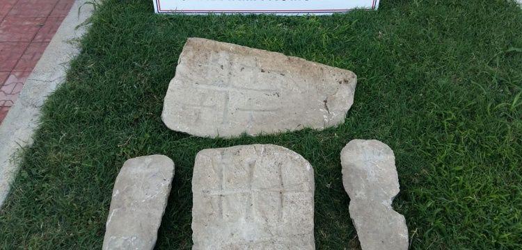 Elazığ'da haç işaretli 4 mezar taşı ele geçirildi