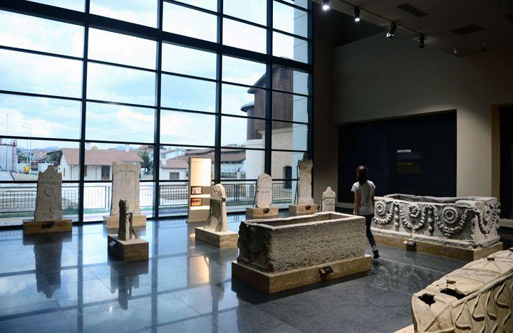 Uşak Arkeoloji Müzesinde sergilenen eserlerden örnekler