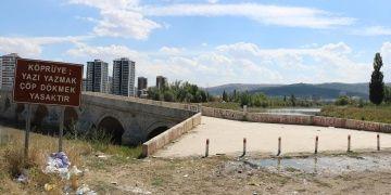 Sivastaki Bağdat Köprüsündeki aşk mesajları muhtarı isyan ettirdi