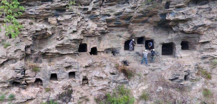 Çin'de 37 antik kaya mezarı keşfedildi