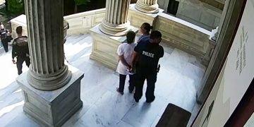 Yunanistan müzelerindeki eserlere kutsal yağ süren kadınlar yakalandı