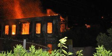 Tirede restorasyonu devam eden konak yandı