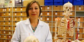 Handan Üstündağ, binlerce yıllık iskeletlerle geçmişin sırlarını aydınlatıyor