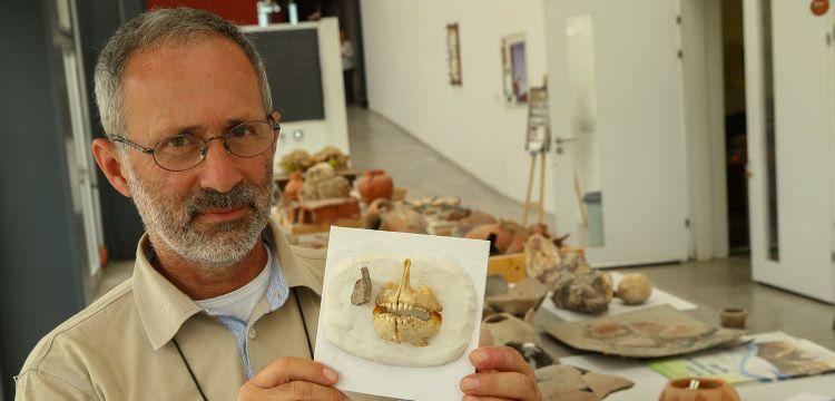 İzmir'deki Yeşilova Höyüğü'nde 8 bin yıllık çipura kemiği bulundu