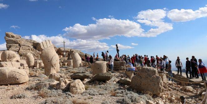 Dünya çapında engel tanımayanlar Nemrut Dağı harabelerini gezdi