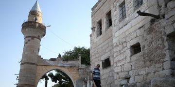 Tarihi Kaya Camisini defineciler oyuyor bekçi Abdullah onarıyor