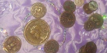 Kırşehirde çeyiz sandığına saklanmış 22 altın Roma sikkesi yakalandı