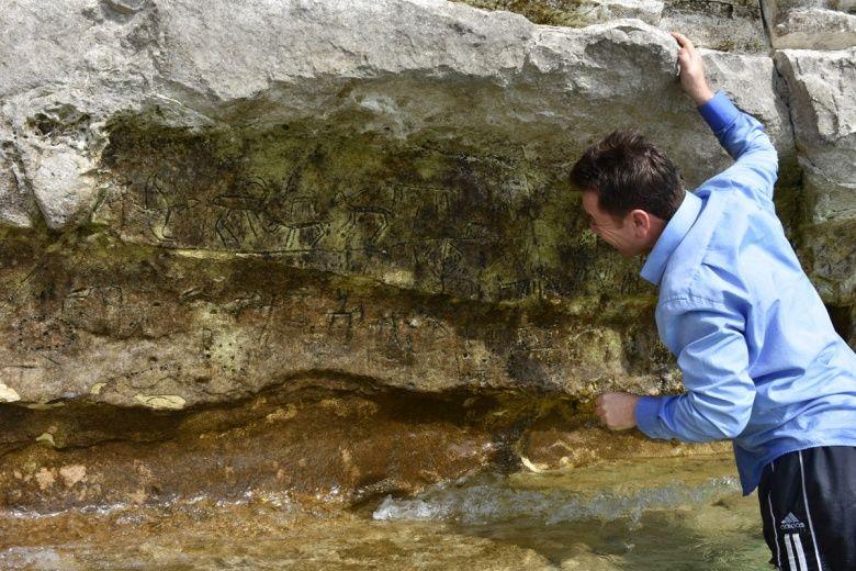 Adıyaman'da baraj içinde bulunan binlerce yıllık kaya resimleri