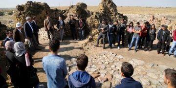 ASÜ Arkeoloji bölümü öğrencileri ilk dersi Acemhöyükte yaptı