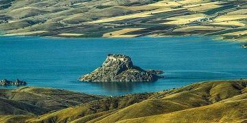 Pertek Kalesi Keban baraj gölünde bir adayı andırıyor