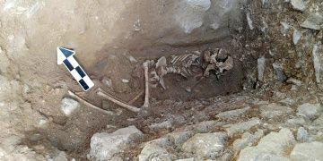 Arkeologlar İtalyada ağzına taş sokulmuş çocuk mezarı buldu