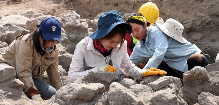 Güney Koreli arkeoloji öğrencileri Kültepe'de pişiyor