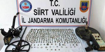 Siirtte tarihi eser operasyonunda 2 dedektör ve 391 sikke yakalandı