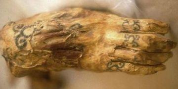 Mısırdaki 3 bin yıllık dövmeli kadın mumyasında 30 figür tespit edildi