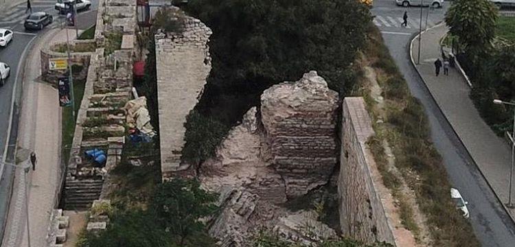 İstanbul'da tarihi surların bir burcu çöktü