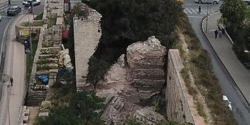 İstanbulda tarihi surların bir burcu çöktü