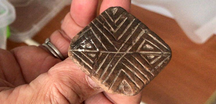 Yumuktepe'de vazo mezar ve 9 bin yıllık mühür bulundu