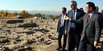 Kalehöyükü gezen Bakan Ersoy yıllık arkeoloji kazı sinyali verdi