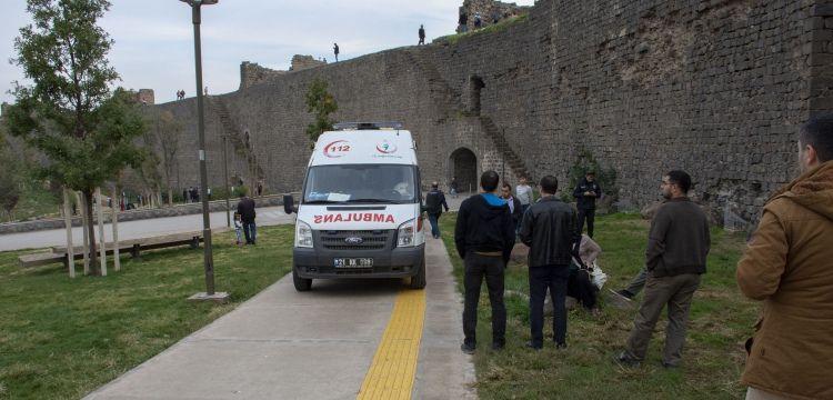 Diyarbakır Surlarından iki kişi düştü